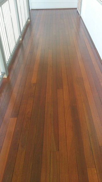 Finished hardwood deck with Sikkens